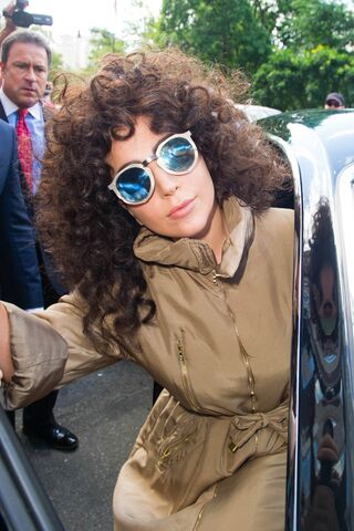 File:7-28-14 Leaving her apartment in NYC 002.jpg
