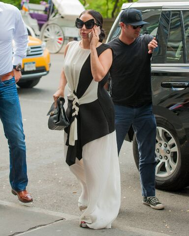 File:5-10-15 Arriving at her apartment in NYC 001.jpg