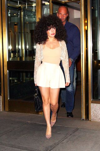 File:6-7-14 Leaving her apartment in NYC 003.jpg