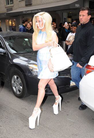 File:3-23-14 Leaving her apartment in NYC 003.jpg
