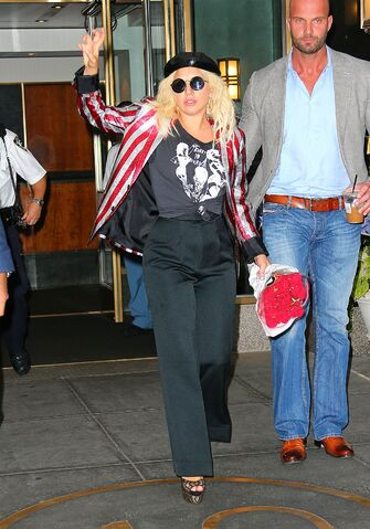 File:6-23-15 Leaving her apartment in NYC 004.jpg
