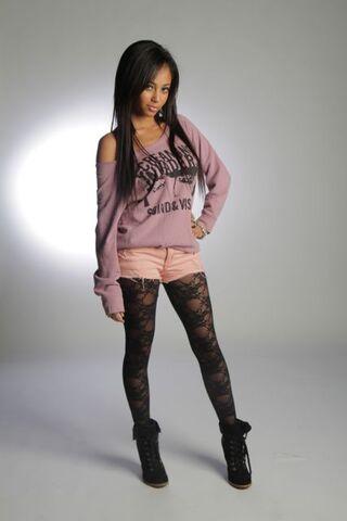 File:Vanessa-Morgan-my-babysitters-a-vampire-29027776-427-640.jpg