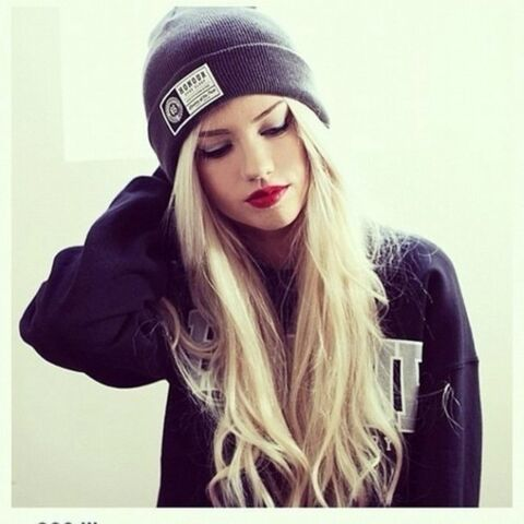 File:Doefb9-l-610x610-hat-sweater-fashion-style-outfit-girl-honour-gray black blue-beanie-grey-beanie hats swagg-red lipstick-blonde hair-black sweater-make-long hair-eyebrows fleek.jpg
