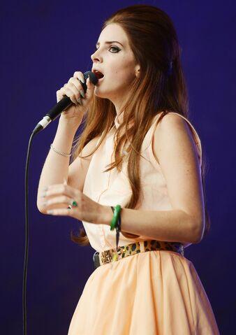 File:Lana-del-rey-lovebox-festival-day-2-06.jpg