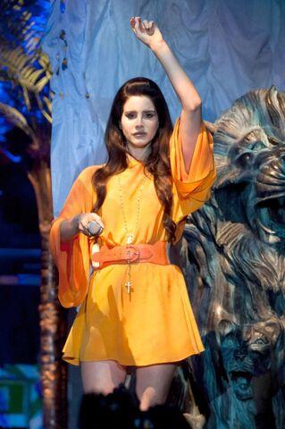 File:Lana-Del-Rey-Performs-in-Milan-May-2013-600x902.jpg