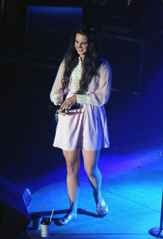 File:Lana-del-rey-performs-at-shrine-auditorium-and-expo-hall-in-los-angeles 1.jpg