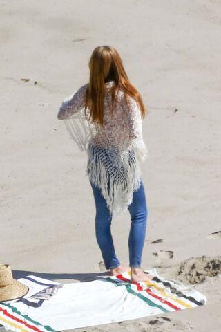 File:Lana-del-rey-bikini-body-beach-04.jpg