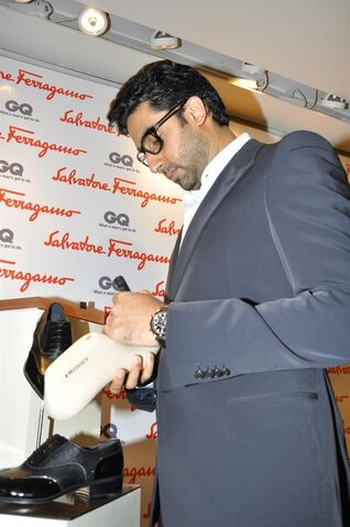 File:Nfyn71f6rhrmea6r.D.0.Abhishek-Bachchan-signing-his-autograph-on-the-special-shoe-at-the-launch-of-Salvatore-Ferragamo-project-Shoes-for-a-Star-in-Mumbai.JPG