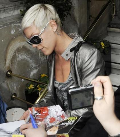 File:Pink (singer) signingautographs.PNG