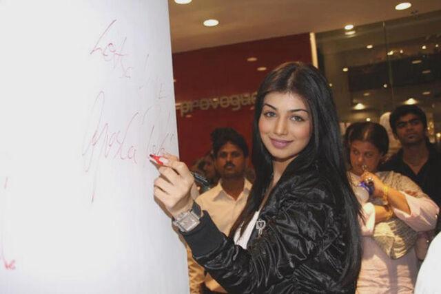 File:Ayesha-takia-autograph-still.jpg