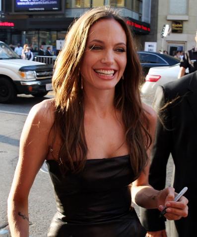 File:Angelina Jolie signingautographs.PNG