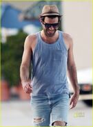 Zachary-quinto-ripped-jeans-14
