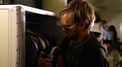 Ficheiro:1x24 Charlie'sGuitarOnBoard.jpg