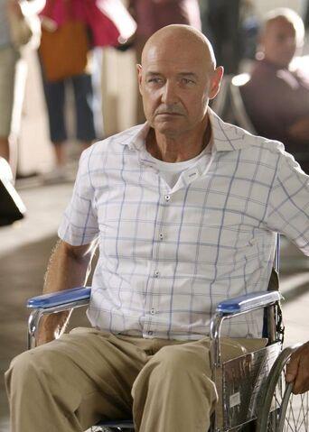 Ficheiro:Locke in Wheelchair.jpg