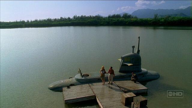 Ficheiro:3x16 submarine docked.jpg