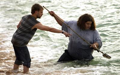 Archivo:HurleyCharlieFish1x04.jpg