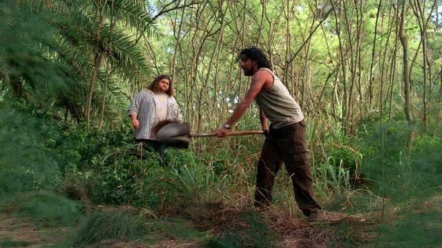 Archivo:3x19 Sayid with shovel.jpg