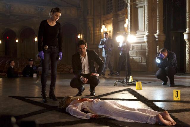 File:112 promo Lucifer Chloe at Rose Davis crime scene.jpg