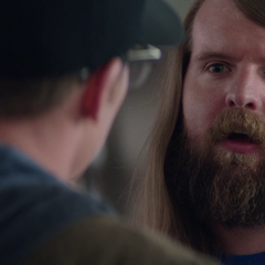 Steve Rogers siendo atendido por un empleado de la Apple Store.