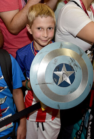 File:Sdcc2014-avengerssigning-shieldcosplay.JPG