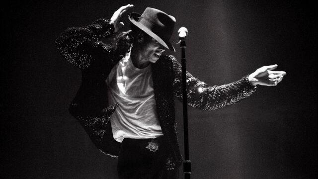 File:Michael-jackson-performing-on-stage.jpg