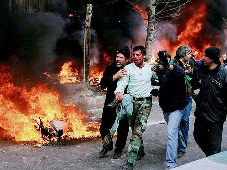 File:Violent-protests-against-ahmadinejad-in-iran-14437816-mfbq,templateId=renderScaled,property=Bild,width=465.jpg