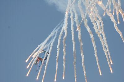 Su-27 Flanker shoots off false heat targets