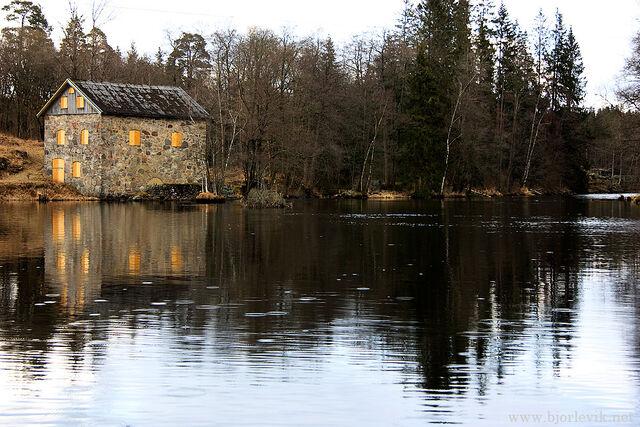 File:River house.jpg