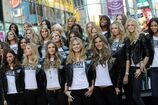 55GMD7CYS1 79081 celebrity-paradise com Victoria Secrets Models on Times Square 016 123 456lo