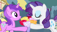Amethyst Star giving a bouquet of flowers to Rarity S4E13