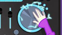 DJ Pon-3 scratching EG3