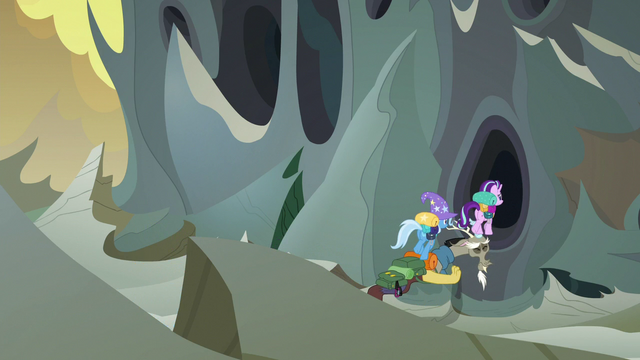 File:Trixie and Starlight using Discord as a bridge S6E25.png