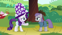 Rarity pointing at Maud S4E18