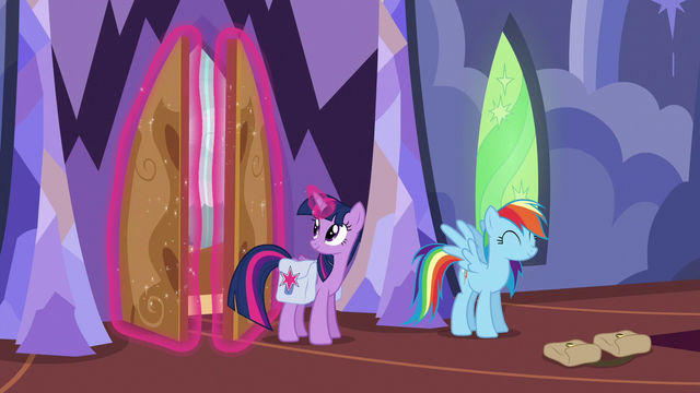 File:Twilight Sparkle closing the castle doors S6E24.png