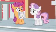 Scootaloo hold newspaper S2E23