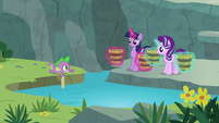 Spike gives Twilight and Starlight a thumbs-up S7E5