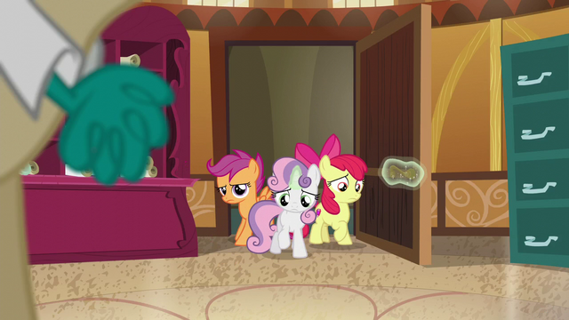 File:The CMC disappointed and leaves the room S6E4.png