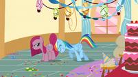 Rainbow Dash tries to move Pinkie Pie S01E25