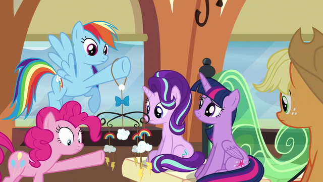 File:Pinkie breaks a piece of the mobile S6E1.png