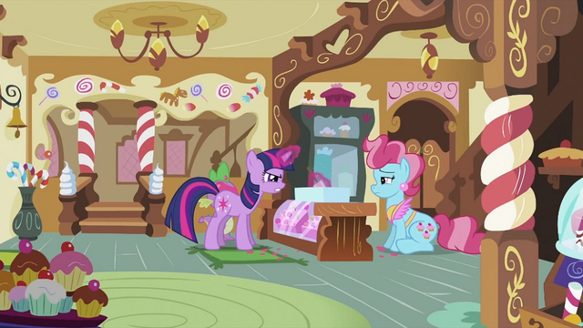 File:Twilight 'fixing' the cupcakes S2E03.png