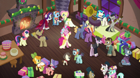Wideshot of the party S06E08