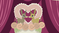 Donkey figurines on top of wedding cake S5E9.png