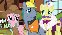 Expert ponies look at each other S7E5