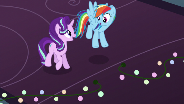 File:Starlight singing next to Rainbow Dash S6E8.png