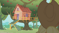 Applejack approaching the clubhouse S01E18