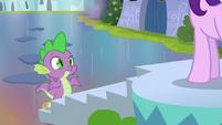 Spike shrugging at Starlight Glimmer S6E1
