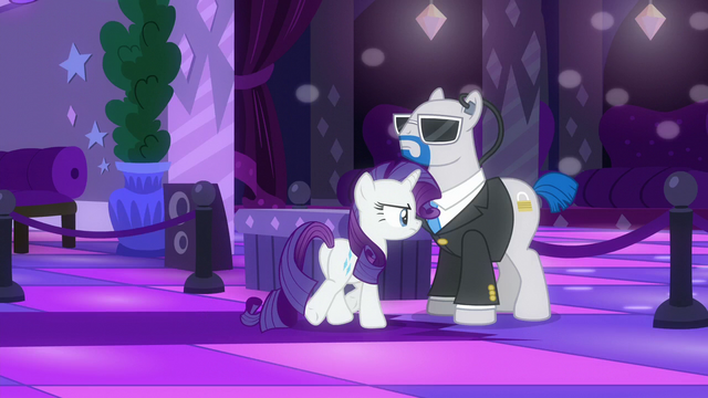 File:Rarity walking towards the dance floor S6E9.png