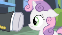Security guard pointing hoof at Sweetie Belle S4E19