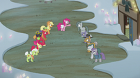The Apple family and the Pie family meet S5E20