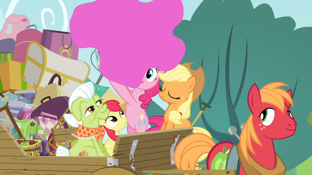 File:Pinkie Pie throwing pink paint S4E09.png